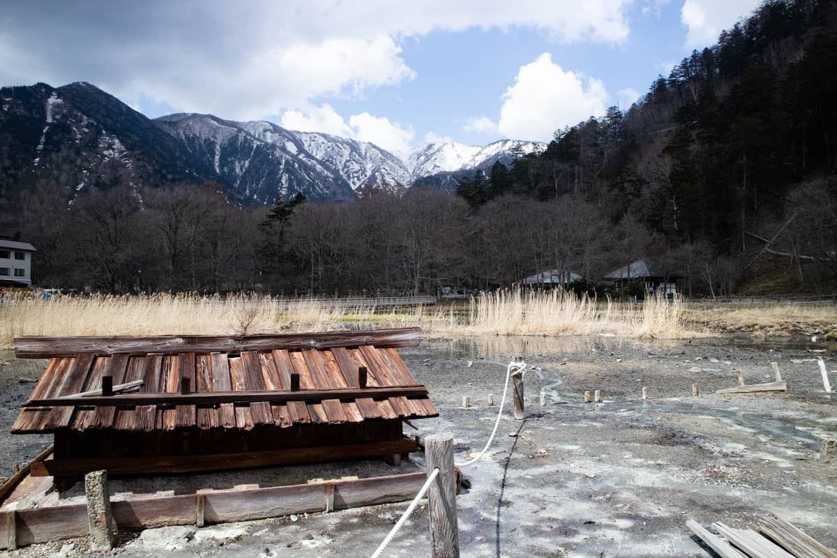 日光温泉寺の源泉と山