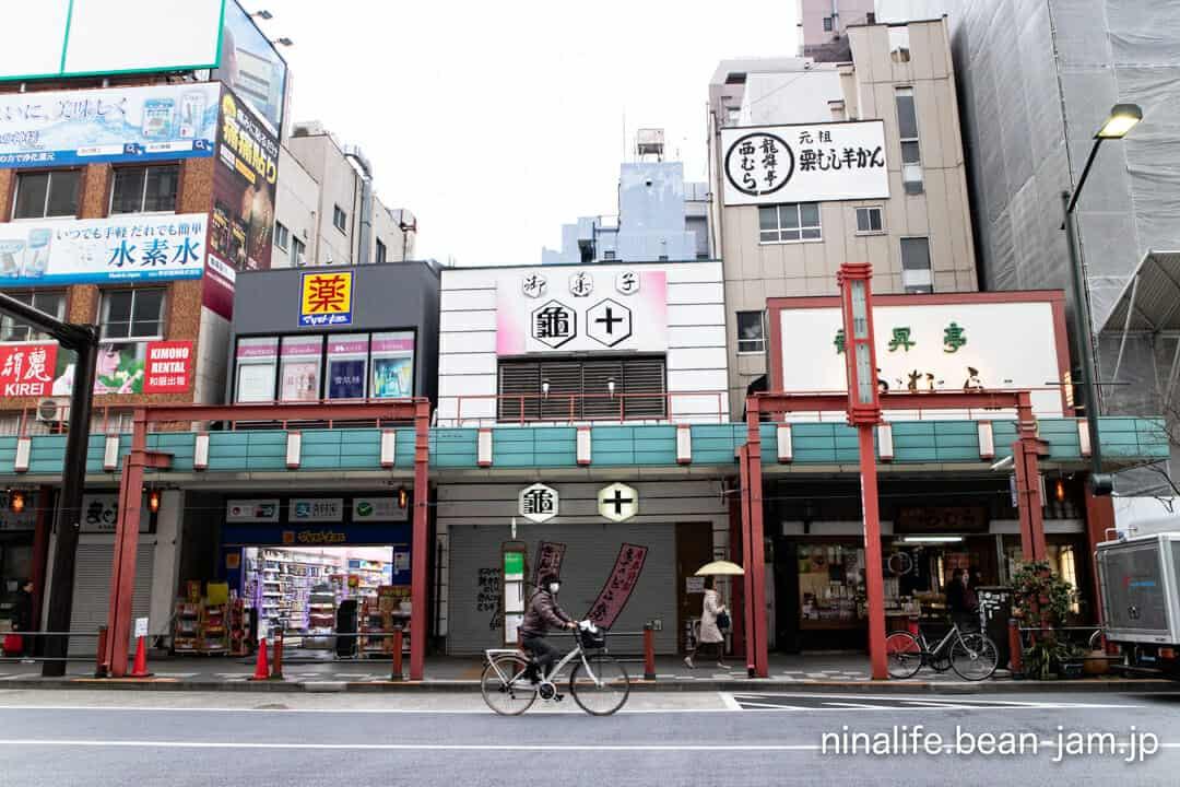 浅草・亀十の店舗前